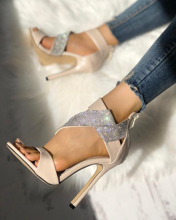 chicme / Relucientes sandalias de tacón entrecruzadas adornadas