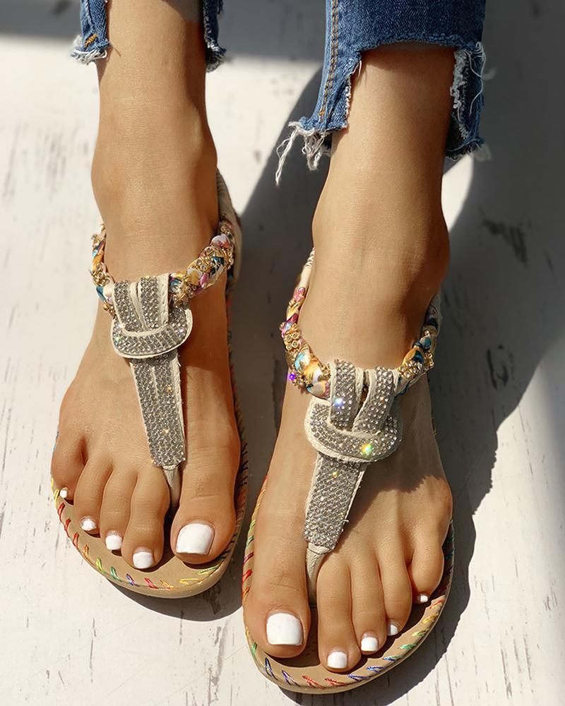 chicme / Sandalias planas con tachuelas y detalles en los pies